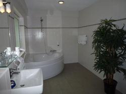 bathroom familyroom bungalow near castle hotel between Maastricht and Valkenburg |www.castlehotelholland.eu